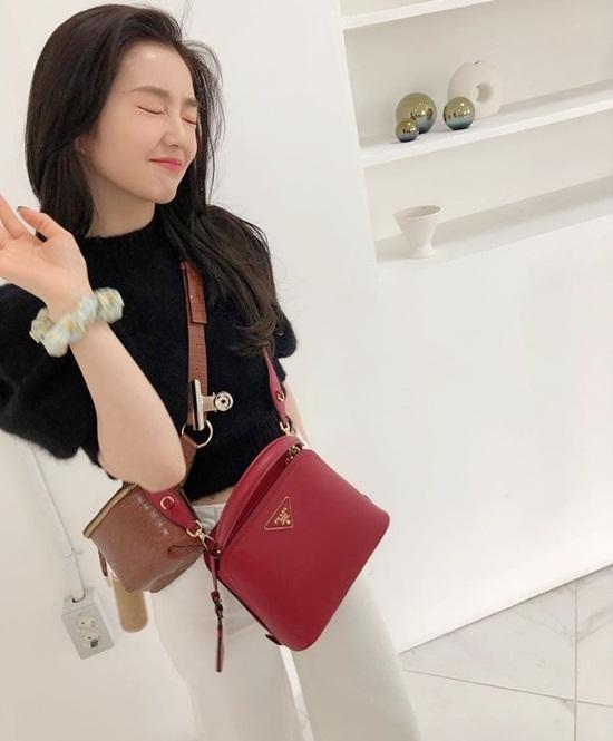 Irene đeo hẳn hai chiếc túi đi chơi.