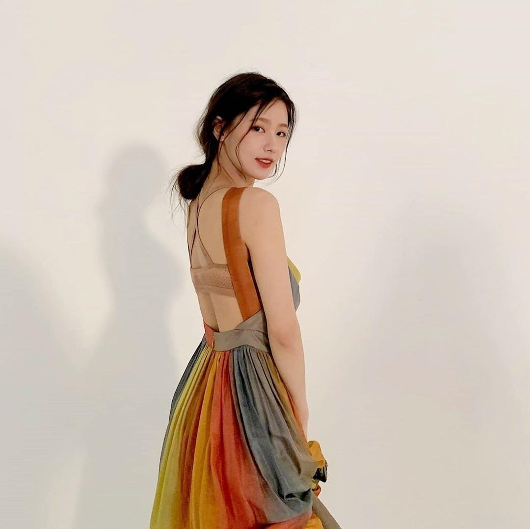 Mi Yeon (G)I-DLE khoe lưng trần quyến rũ với kiểu váy kín trước hở sau.