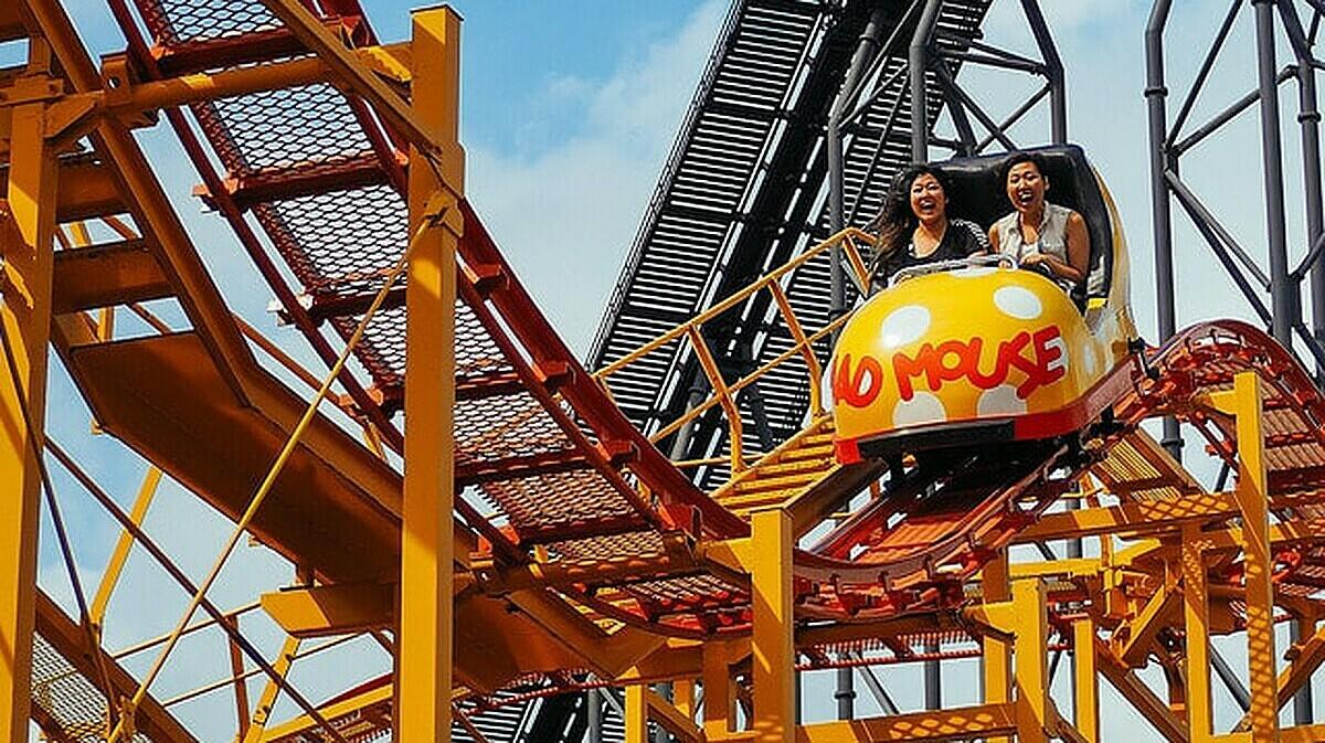 Người chơi tàu lượn tại Tokyo Disneyland. Ảnh: Nick Turner / Flickr.