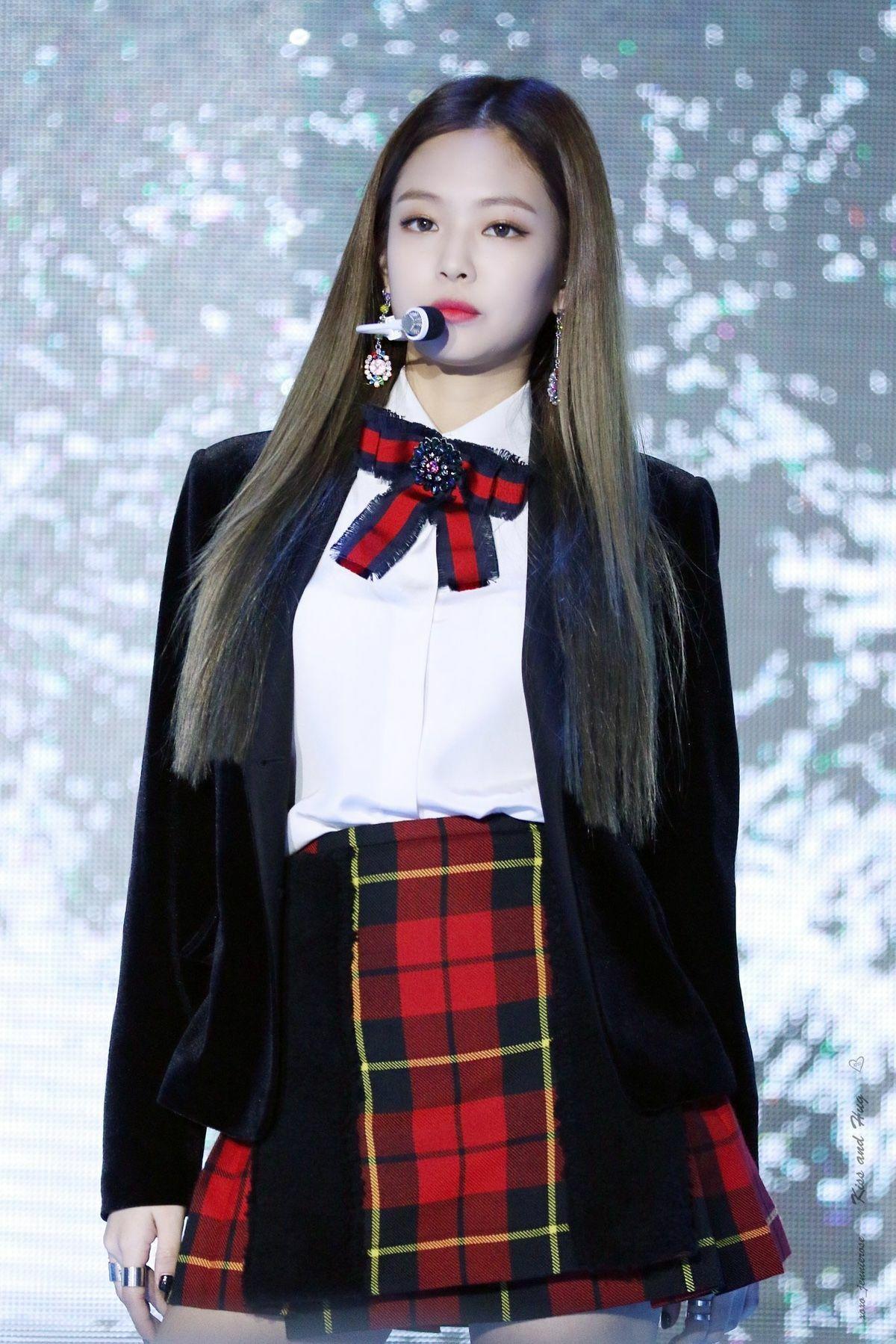 Ngay từ lúc mới debut, Jennie đã được mệnh danh là idol sang chảnh. Danh hiệu này càng được thể hiện rõ với outfit nữ idol diện lên sân khấu. Vẻ ngoài của cô nàng trông như một nữ hoàng trường học với sơ mi trắng cài nơ Gucci, kết hợp chân váy caro tông xuyệt tông.