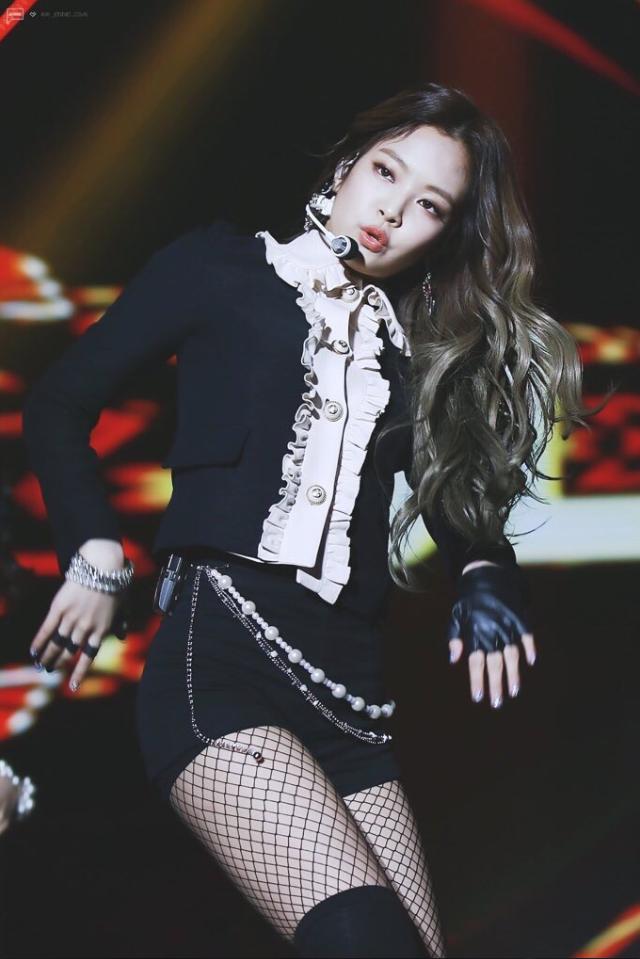 Jennie tiếp tục đảm nhiệm vai trò là thành viên sang chảnh nhất nhóm với cả cây vải tweed đắt đỏ. Phong cách của nữ idol lúc này đã được định hướng rõ rệt là đi theo hướng cổ điển, ngọt ngào đậm chất Chanel.