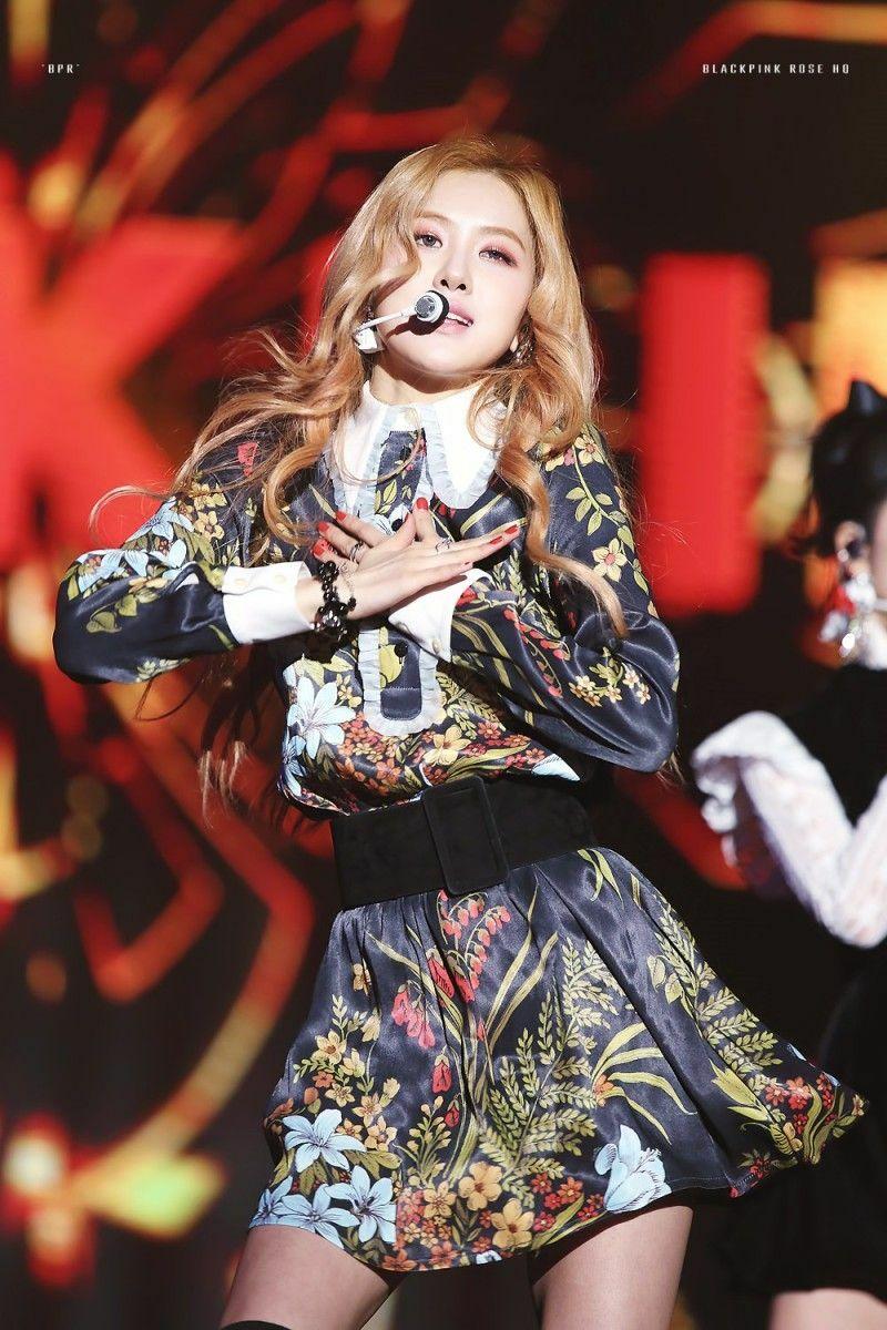 Rosé chinh phục được chiếc váy hoa hòe hoa sói rất khó mặc. Cách mix thắt lưng ngang eo cũng giúp tôn lên vòng hai con kiến của nữ idol.