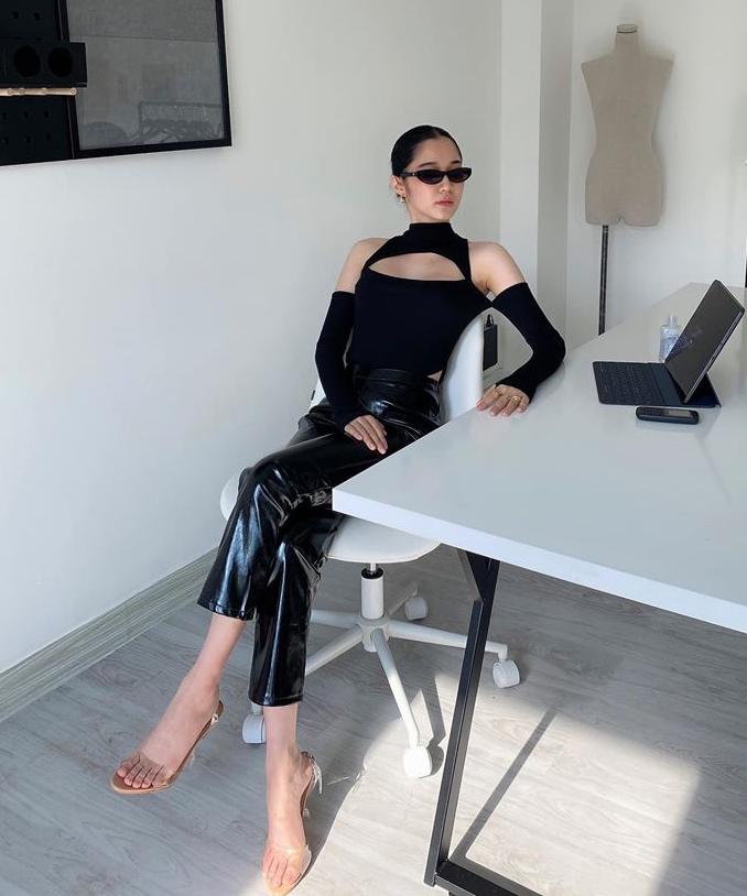 Chân dài cá tính còn sở hữu một thiết kế giống hệt nhưng phiên bản màu đen. Dù có kiểu dáng đông thì lạnh, hè thì nóng, chiếc áo hầm hố vẫn được các người đẹp diện rần rần.