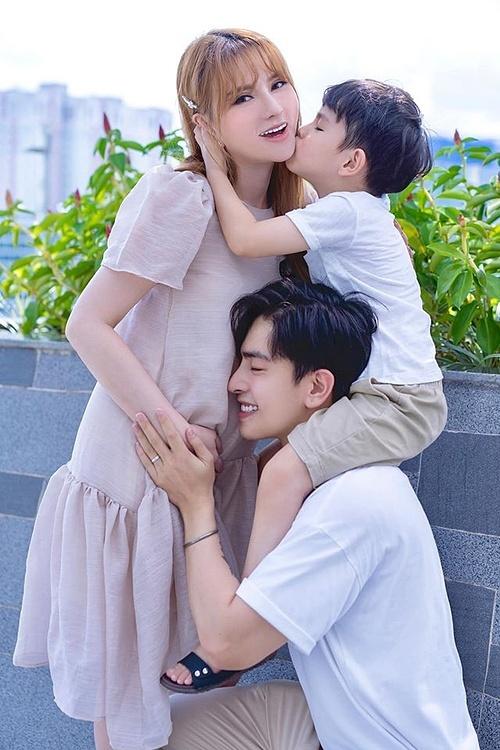 Thu Thủy hạnh phúc bên chồng và con riêng.