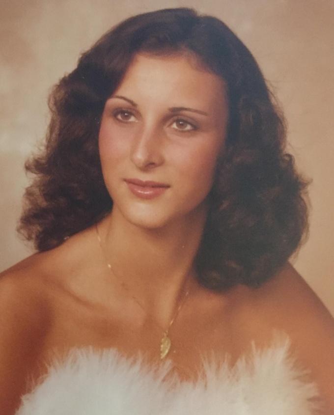 """<p class=""""Normal"""">""""Tôi vừa tốt nghiệp trung học. Mẹ đã cho tôi xemnhững bức chân dung cực xịn của mẹ hồi 1982"""".</p>"""