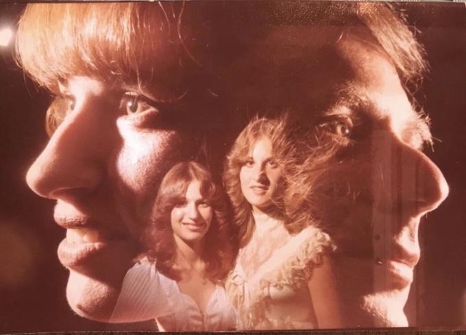 """<p class=""""Normal"""">""""Mẹ và dì của tôi hồi thập niên 70. Trông cứ nhưảnh bìa của một album nhạc vậy"""".</p>"""