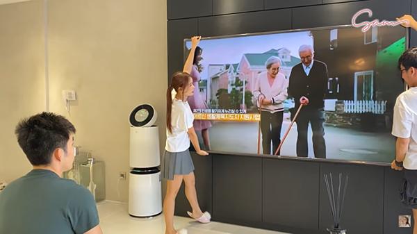 Chiếc tivi cỡ lớn được đặt ở trung tâm phòng khách. Chiếc tivi này có thể tự động xoay nghiêng, kéo ra kéo vào để phù hợp với tầm nhìn của người xem. Bên cạnh đó, cô đầu tư thêm máy lọc không khí giá 30 triệu đồng.