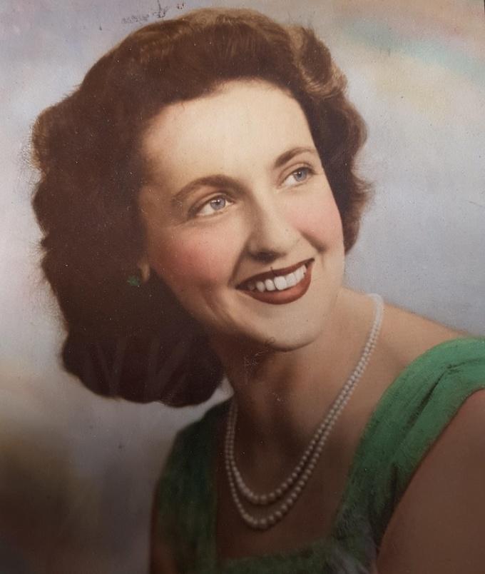 """<p class=""""Normal"""">""""Người mẹ quyến rũ của tôi trong những năm 1950.Bà ấy nhảy cả đêm, mặc những bộ váy đẹp,là người phụ nữ tốt bụng nhất mà bạn có thể tưởng tượng"""".</p>"""