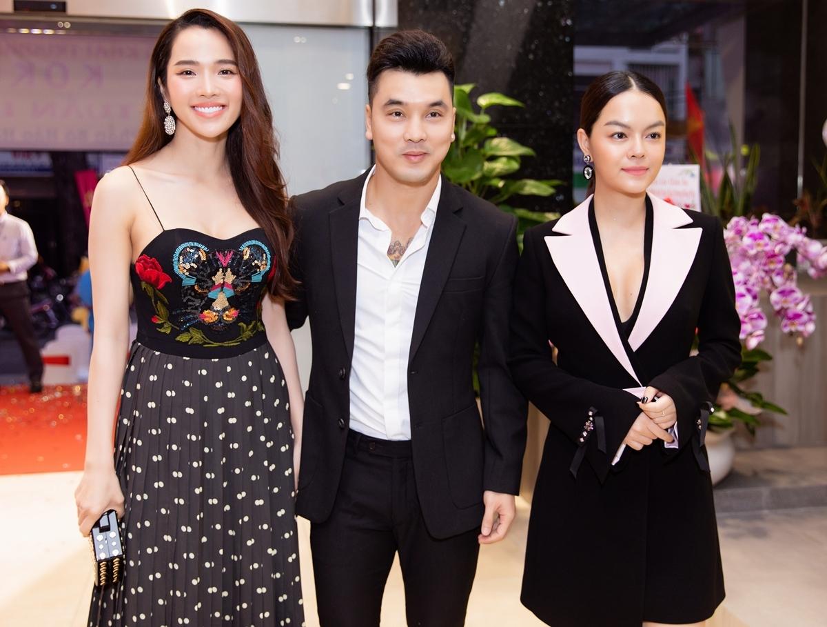 Họ gặp lại người bạn thân Phạm Quỳnh Anh. Họ cho biết kể từ khi xuất hiện dịch bệnh từ đầu năm,cả ba mới có dịp ngồi ăn chung với nhau như thế này.