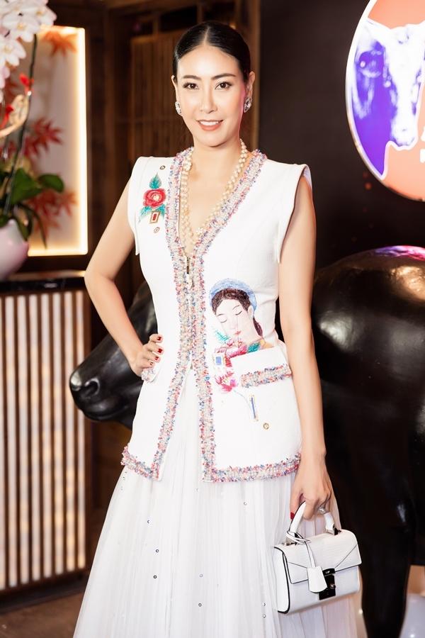 Hoa hậu Hà Kiều Anh được khen ngày càng đằm thắm, mặn mà.