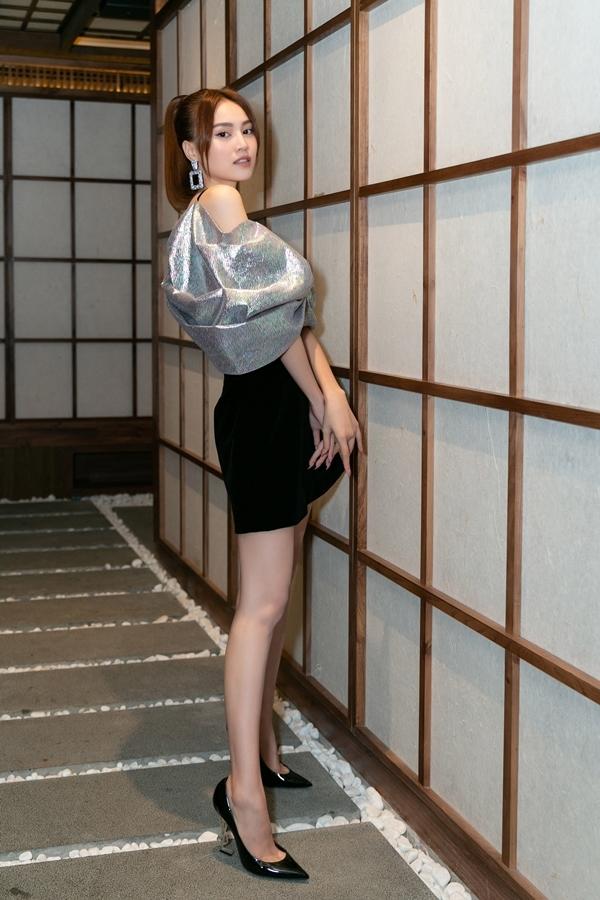 Tối 28/5, Ninh Dương Lan Ngọc xuất hiện tại một sự kiện khai trương nhà hàng ẩm thực ở TP HCM. Cô chọn chiếc áo ánh nhũ ngũ sắc lạ mắt, khoe vai trần và vòng một gợi cảm.