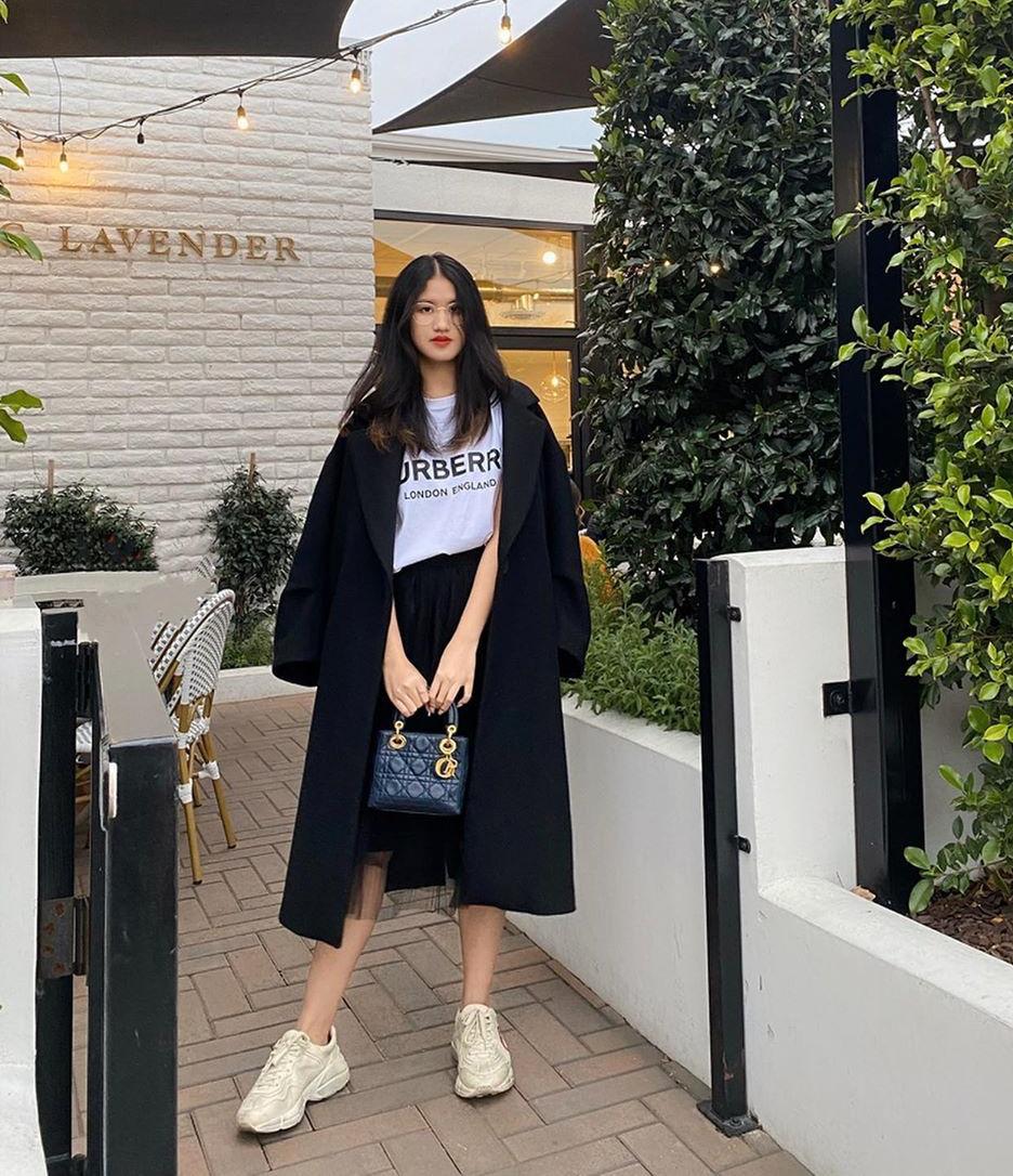 Cô nàng có phong cách ăn mặc khá đơn giản với hai tông màu chủ đạo là đen trắng, tuy nhiên những set đồ này đều có mức giá trên trời. Trong hình, Bằng Linh mặc cây đồ giá hơn 100 triệu đồng.