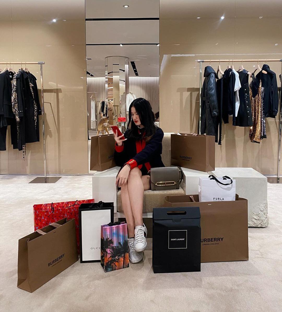 Nàng rich kid thường xuyên cập nhật Instagram với những bức hình khoe cuộc sống nhung lụa của con nhà giàu. Mỗi chuyến mua sắm, cô bạn có thể chi hàng trăm triệu đồng.