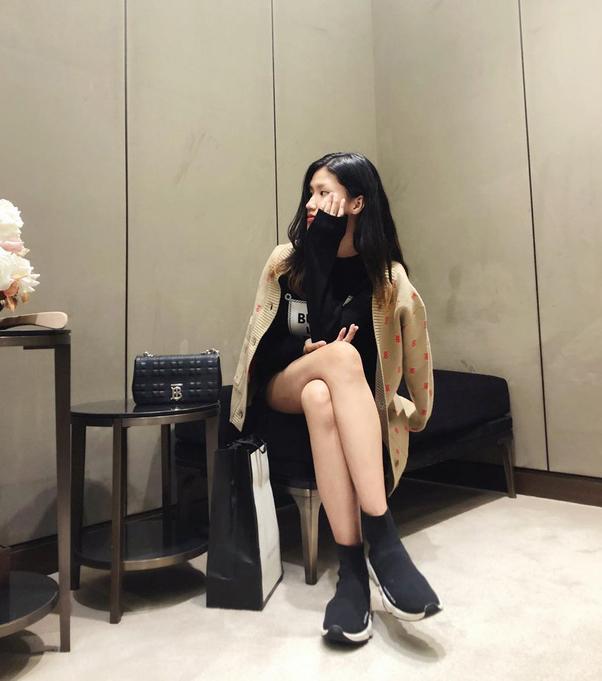 Bằng Linh cũng là fan Kpop chính hiệu nên có lối phối đồ cá tính không kém idol Kpop.