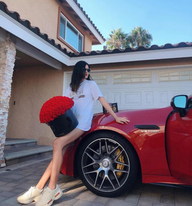Cô tiểu thư còn diện nguyên cây Gucci thả dáng cạnh Mercedes CT có giá khoảng 10 tỷ