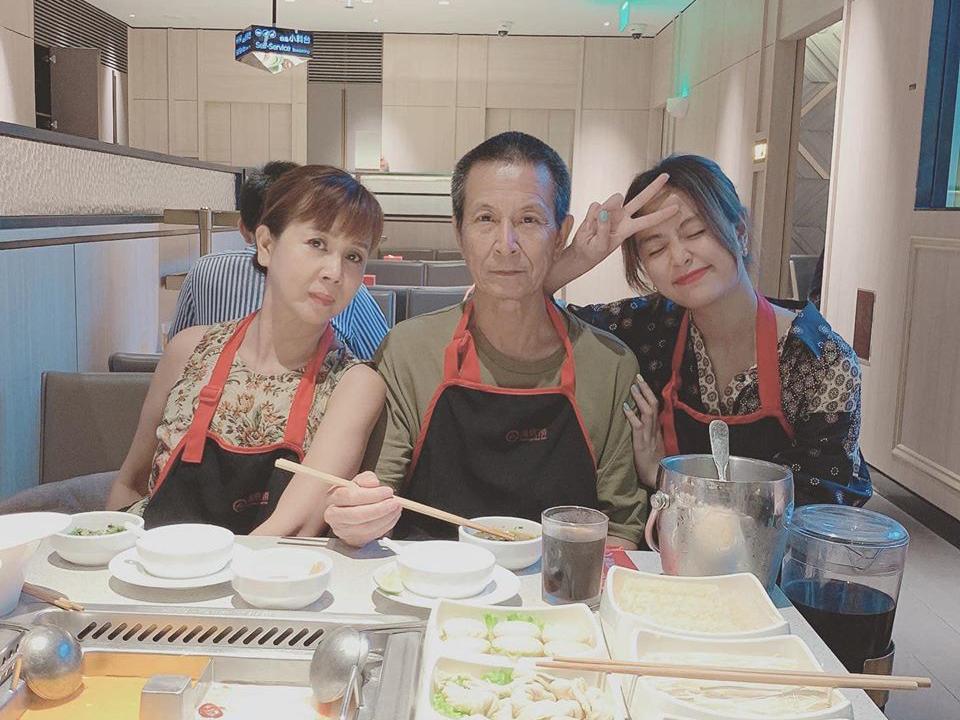 Hoàng Thùy Linh nhí nhảnh khi đưa bố mẹ đi ăn tiệm.