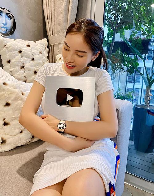 Kỳ Duyên ôm chiếc nút bạc Youtube vào lòng.