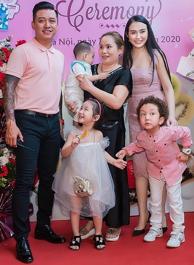 Tuấn Hưng cùng ba con đến mừng Hương Baby.