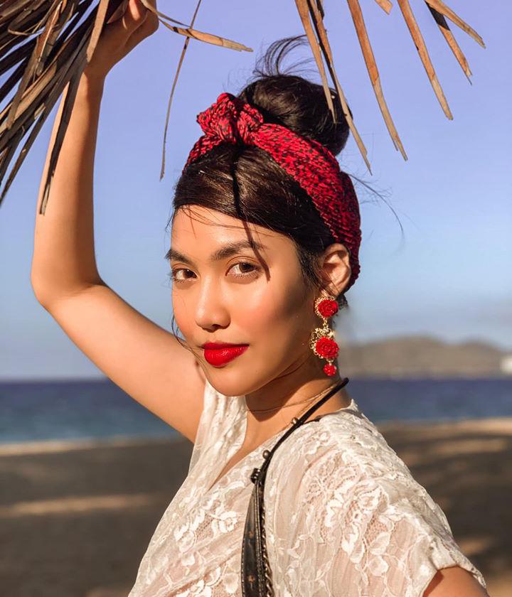 Turban vải chưa bao giờ hạ nhiệt, đặc biệt là trong những ngày hè nóng bức. Món đồ này được Lan Khuê sử dụng với kiểu tóc búi cao khi đi biển, trông vừa mát mẻ đầy sức sống, lại vừa sang chảnh để chụp hình.