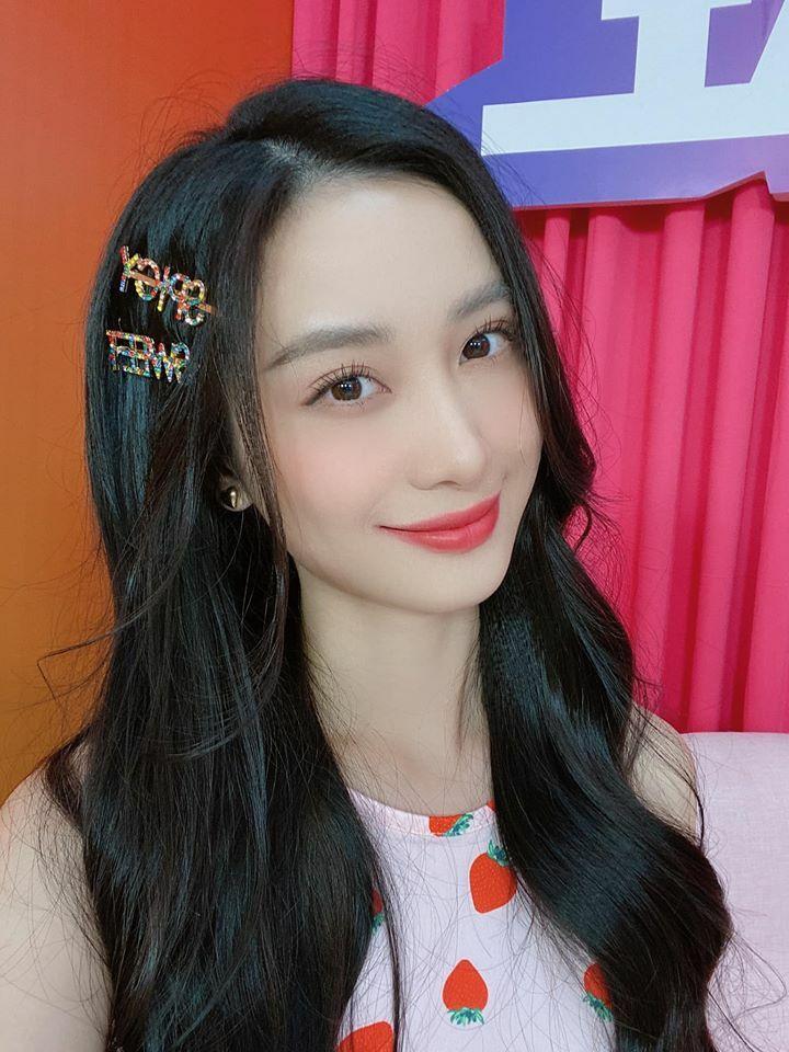 Kẹp tóc hình chữ được nhiều sao Hàn yêu thích, sau đó cũng thành hot trend trong Vbiz. Những dòng chữ đính đá lấp lánh giúp diện mạo Jun Vũ thêm tươi sáng, ngọt ngào.