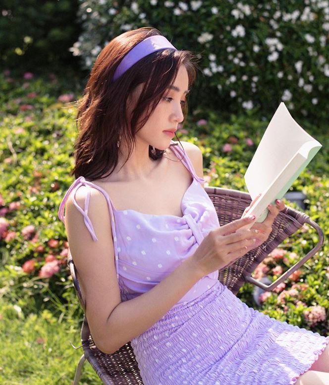 Theo đuổi phong cách vintage kiểu nữ sinh trung học, Sa Lim lăng xê mốt băng đô rất nhiệt tình. Cô nàng thường chọn các dáng băng đô to bản, màu sắc rực rỡ và ăn rơ với trang phục.
