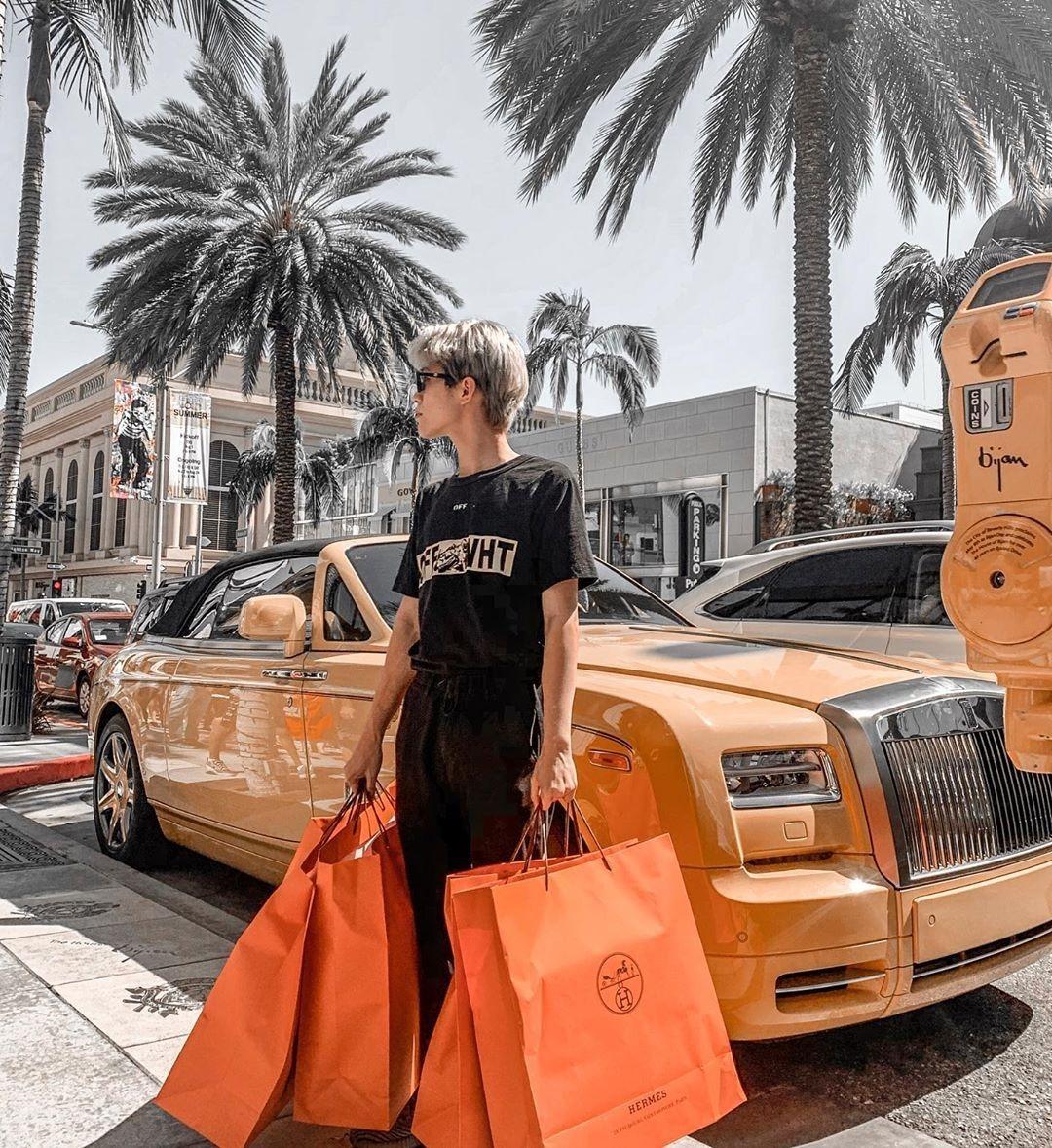 Nhất Hoàng đang theo học một trường cấp ba tại Los Angeles, Mỹ. Cậu bạn 17 tuổi nổi tiếng trên mạng xã hội nhờ vẻ ngoài điển trai, phong cách ăn mặc sành điệu không kém các idol Hàn.