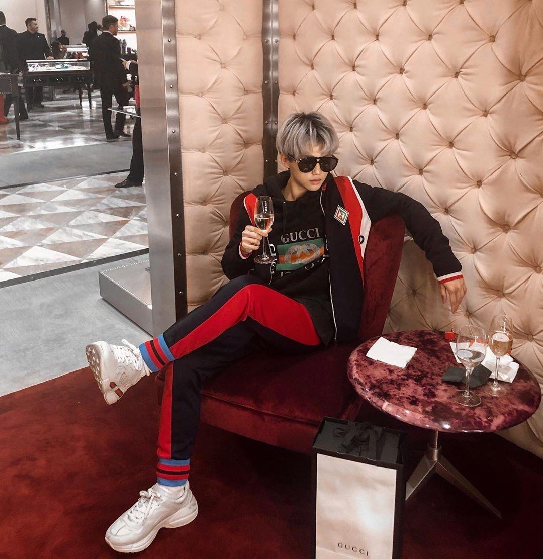 Xuất thân trong gia đình giàu có, Nhất Hoàng có cuộc sống mơ ước ở tuổi teen. Không chỉ du học nước ngoài, vi vu khắp thế giới, anh chàng còn được mời tham dự những buổi tiệc VIP của các thương hiệu thời trang.