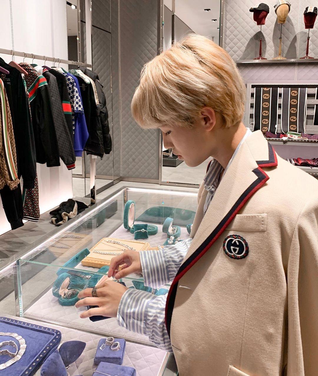 Là fan Kpop chính hiệu, phong cách của Nhất Hoàng chịu ảnh hưởng rất rõ nét bởi các idol xứ kim chi. Nhiều bộ cánh của anh chàng gây liên tưởng đến Kai (EXO), V (BTS)...