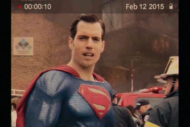 Cơn ác mộng xóa râu ập đến với khán giả ngay trong cảnh đầu tiên Superman xuất hiện. Cảnh quay gần mặt khiến khán giả lập tức phát hiện ra có cái gì sai sai trên mặt Henry Cavill.