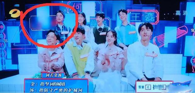Hình ảnh của Đồng Trác trong show Hán tự thần kỳ bị xóa bỏ.