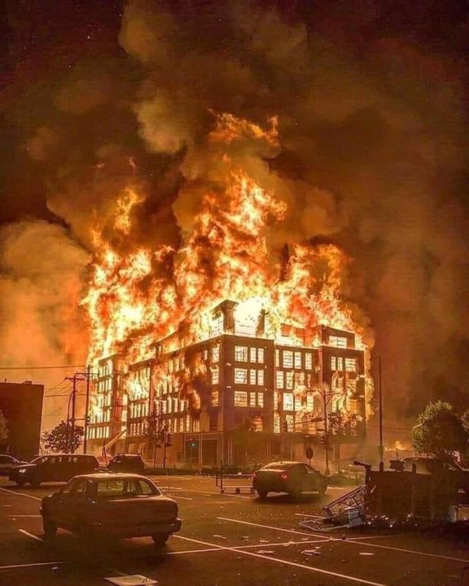 """<p class=""""Normal"""">Ngày 28/5, ngườibiểu tình ném pháo sáng và đồ vật về phía cảnh sát. Đến gần nửa đêm, đoàn người xông vào đồn, đập phá và châm lửa. Hiện chưa có báo cáo thương vong.</p>"""