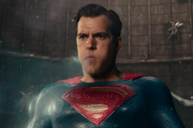 Cảnh gây khó chịu nhất là khi Superman sử dụng hơi thở băng để đối đầu với kẻ ác. Một số khán giả còn không thể nhận ra đây là Henry Cavill.