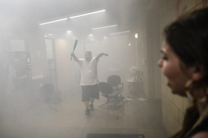 <p>Bên trong tòa nhà tràn ngập khói.</p>