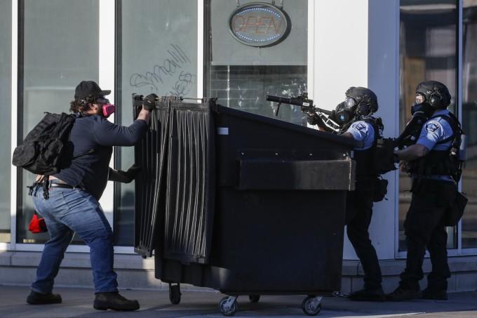 """<p class=""""Normal"""">Cảnh sát phảidùng đạn hơi cay để đối đầu với đoàn người đang tức giận.</p>"""