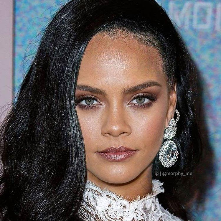 Viên ngọc đen Rihanna thêm phần sắc sảo khi có thêm nét pha trộn với Cara Delevingne.