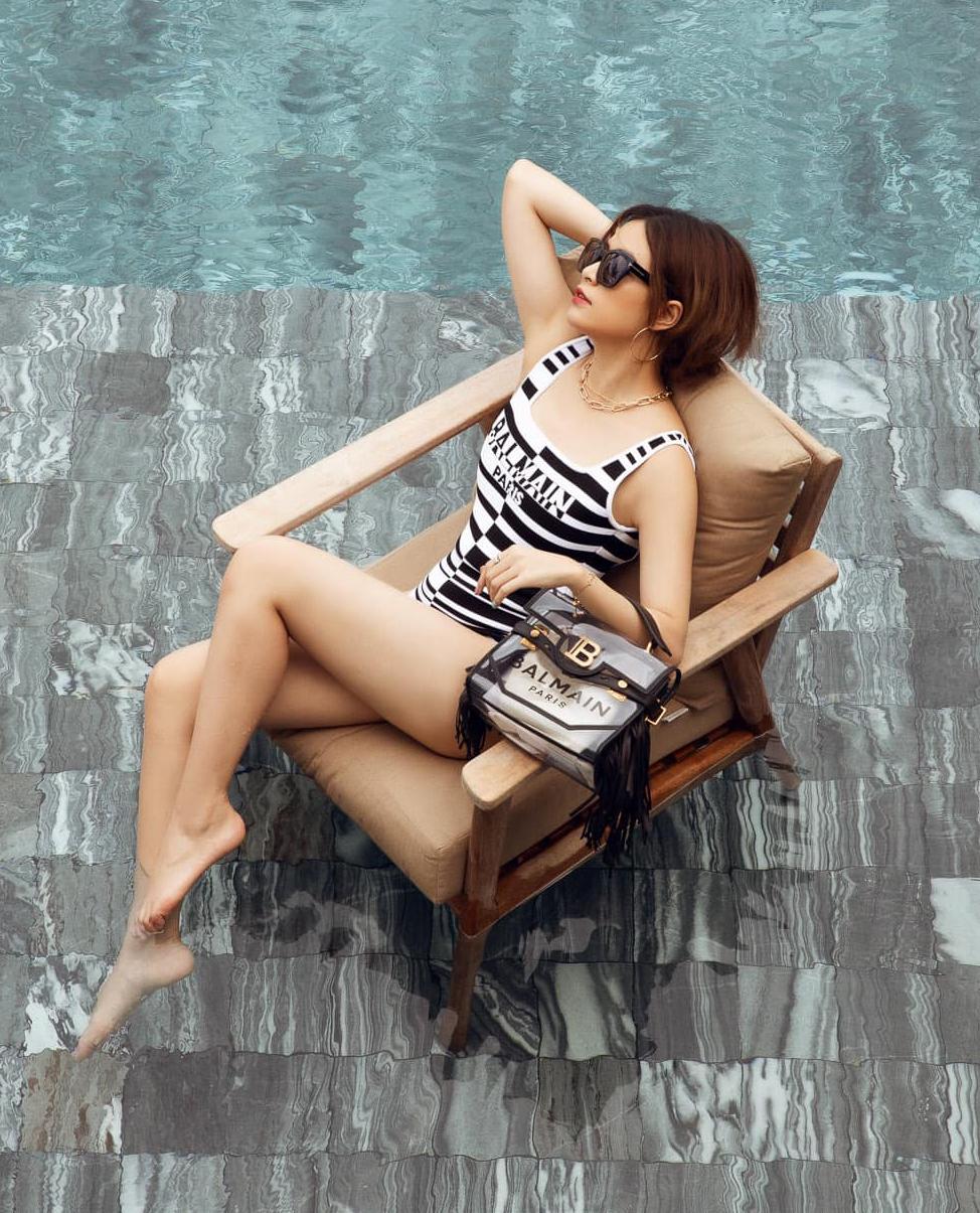 Trong shoot hình ở bể bơi, Hoàng Thùy Linh mặc bodysuit Balmain sang chảnh, đeo chiếc túi trong suốt cùng hãng, có giá gần 55 triệu đồng. Tổng cộng số đồ hiệu được người đẹp mang theo trong chuyến du lịch này có giá tới cả tỷ đồng.