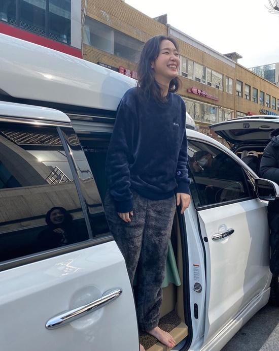 Kim Go Eun mặc đồ ngủ lông mềm, đi chân trần hồn nhiên xuất hiện trên đường.