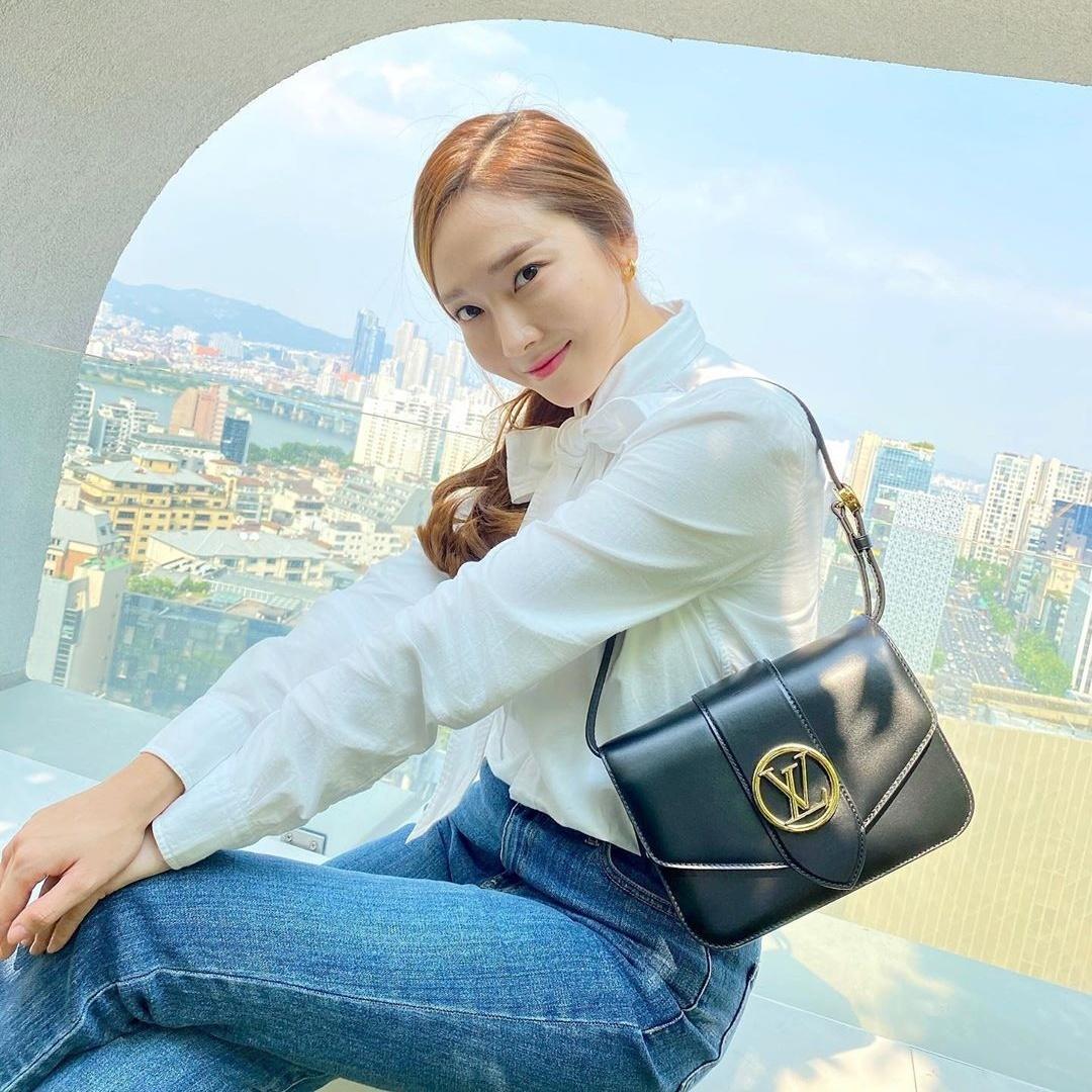 Jessica lên đồ giản dị quảng bá cho sản phẩm túi xách mới của LV.