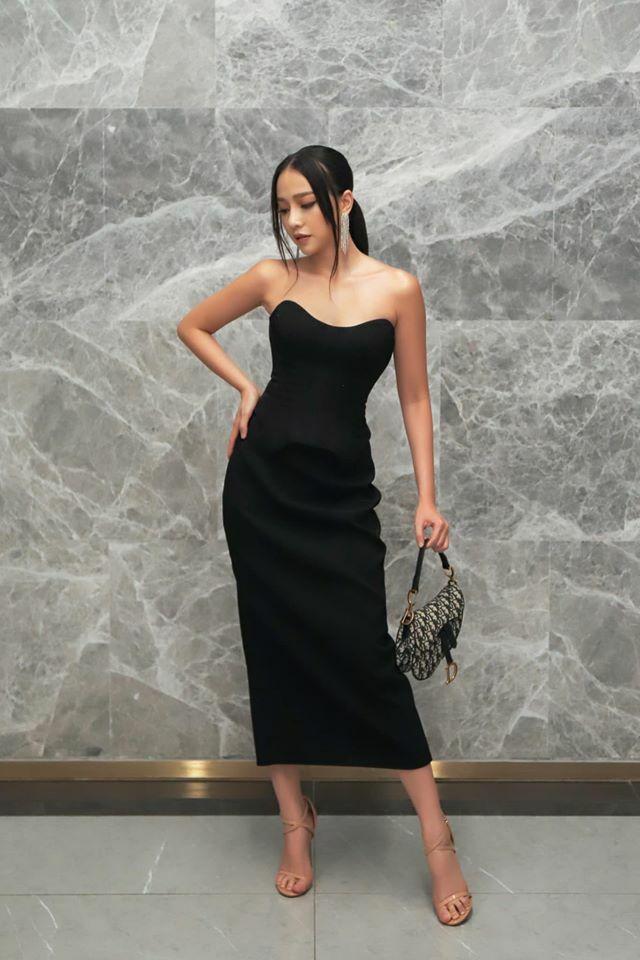 Đầm đen dài quá gối kết hợp cùng túi Dior Saddle giúp Băng Di có vẻ đẹp sang chảnh.
