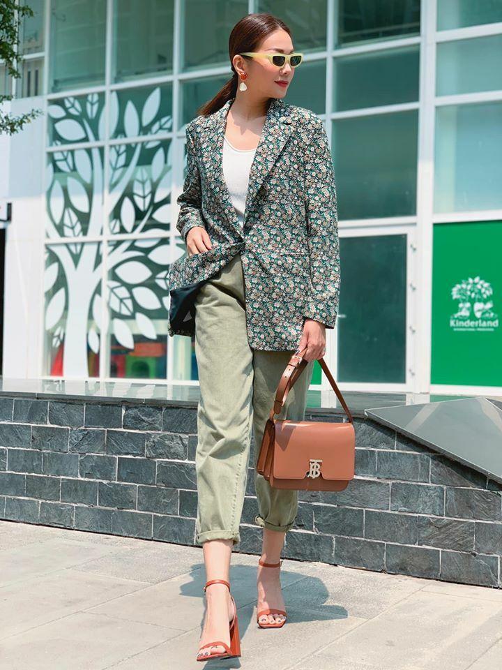 Thanh Hằng phối hai tông đậm chất thiên nhiên là xanh cỏ úa và nâu, tạo nên bộ trang phục dịu mắt trong ngày nóng.