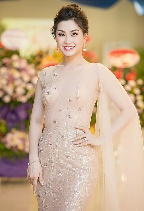Tiếng Anh lưu loát, giao tiếp tự tin, Diễm Trang theo đuổi công việc MC chuyên nghiệp. Cô phát triển kênh YouTube cá nhân, chia sẻ bí quyết chăm sóc gia đình, con cái. Thỉnh thoảng, cô góp mặt ở một số sự kiện của làng giải trí.