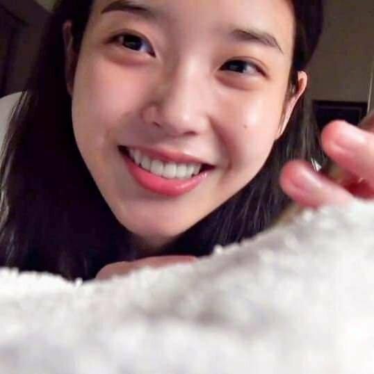 IU nhận được 2% lượt bình chọn từ netizen Hàn. Nữ ca sĩ có làn da mềm mịn, trắng hồng tự nhiên.