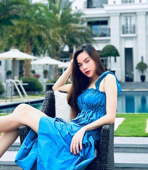 Đang mang thai đôi ở tháng thứ ba, Hà Hồ vẫn rất thon gọn. Cuối tuần, nữ ca sĩ đi nghỉ cùng bạn trai Kim Lý và con trai Subeo.