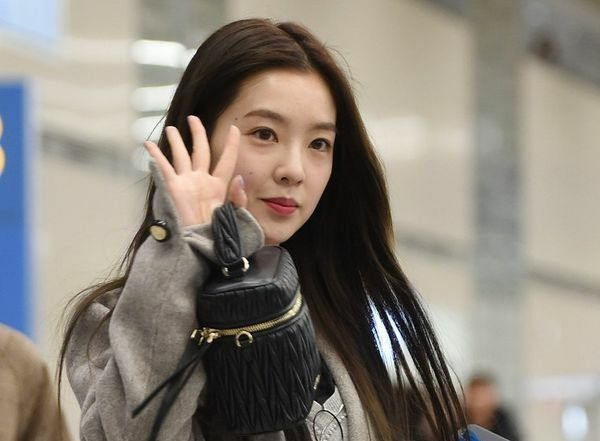 Vị trí thứ 2 trong top 10 thuộc về Irene với 28,1% lượt vote. Nữ idol có đường nét xinh đẹp nổi bật, làn da trắng nên khi không trang điểm, trông cô nàng vẫn thu hút và tỏa sáng.