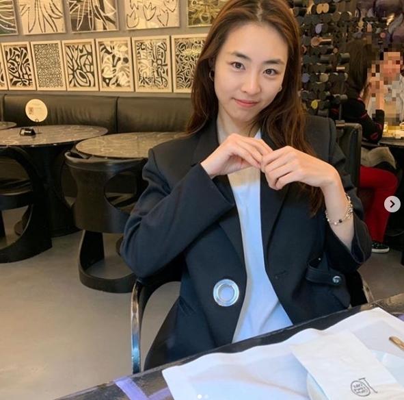 Nữ diễn viên Lee Yeon Hee xếp thứ 3 trong BXH với 3,5% lượt bình chọn. Nhờ vẻ đẹp tự nhiên, cô thường xuyên khoe mặt mộc trên trang cá nhân.