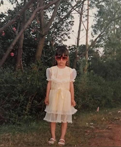 Hồ Ngọc Hà mặc váy xòe, đeo kính sành điệu. Gương mặt cô ngày bé khá Tây. Cô tự nhận thuở bé cái nết đã thấy mệt vì biểu cảm khuôn mặt như hờn cả thế giới.
