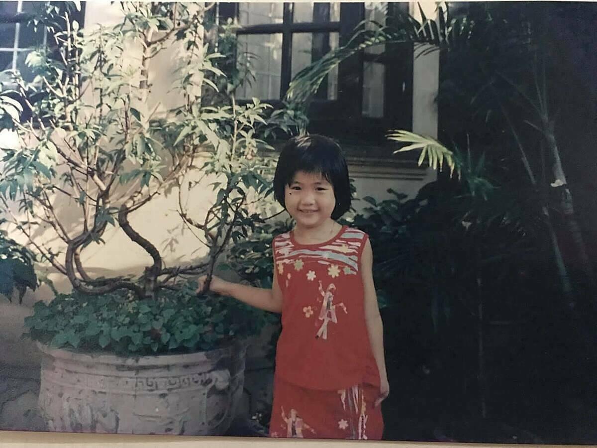 Siêu mẫu Quỳnh Hoa năm 6 tuổi. Mái tóc nham nhở do chính tay cô tự cắt khi bố mẹ vắng nhà.