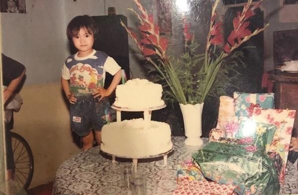 Ninh Dương Lan Ngọc mặc trang phục, để tóc như một bé trai. Khi lớn lên, đường nét của nữ diễn viên có nhiều thay đổi. Cô nữ tính, điệu đà hơn.