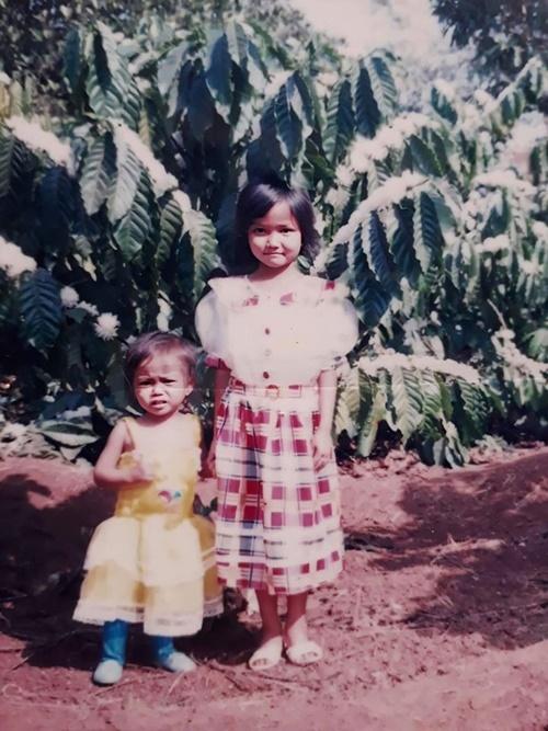 HHen Niê chụp ảnh cùng em gái tại vườn nhà ở Đắk Lắk. Mừng ngày Quốc tế thiếu nhi. Chúc các bé yêu luôn chăm ngoan, học giỏi và luôn ngập tràn tình yêu thương, cô chia sẻ trên trang cá nhân.