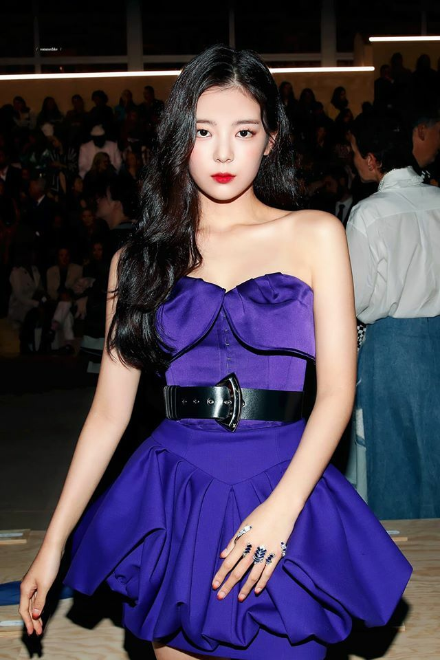 Bờ vai nhỏ nhắn, nuột nàcủa Lia là tiêu chuẩn ngoại hình được ưa chuộng của phái nữ Hàn Quốc. Nhiều netizen cho rằng đường vai vuông vắn, xương quai đòn quyến rũcủa Lia xứng đáng được xếp vào hàng tuyệt phẩm trong số các nữ idol Kpop.